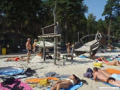Hlavní pláž ve Starých Splavech nedaleko Chatové osady Čtyřlístek u Máchova jezera
