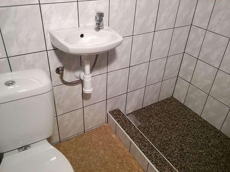 Koupelna v chatkách Čtyřlístek u Máchova jezera